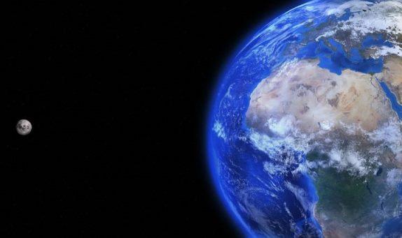 ¿Por qué la gravedad de la Tierra es diferente a la de la Luna?